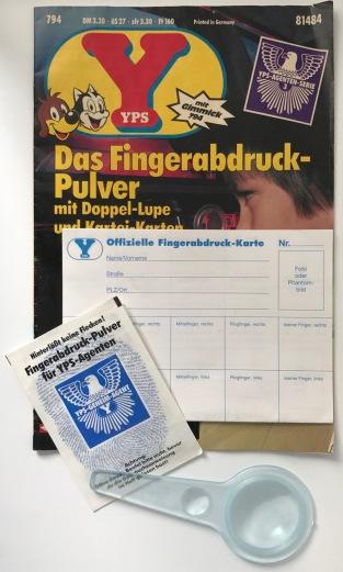 YPS_0794+Das+Fingerabdruck-Pulver+mit+Doppel-Lupe+und+Kartei-Karten_Retroport1